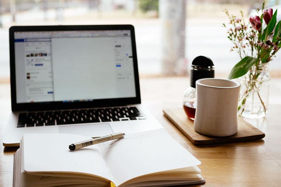 Dengan menjadi penulis konten Anda bisa mendapatkan uang tambahan dari rumah