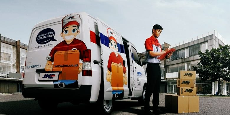 Ilustrasi seorang kurir JNE sedang mengantarkan kiriman paket